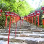 石段に綺麗な灯篭が立ち並ぶ貴船神社に行ってみた